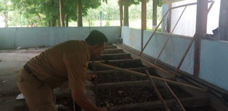 Petugas Dinas Lingkungan Hidup (DLH) Blora menunjukkan tempat pembiakan Lalat Tentara Hitam di TPA Sampah Desa Temurejo Kecamatan Blora Kota, Blora