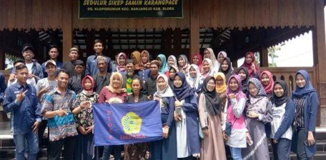 Sesepuh Sedulur Sikep bersama mahasiswa di Pendopo Sedulur Sikep Samin di Dusun Karangpace Desa Klopoduwur Kecamatan Banjarejo Kabupaten Blora