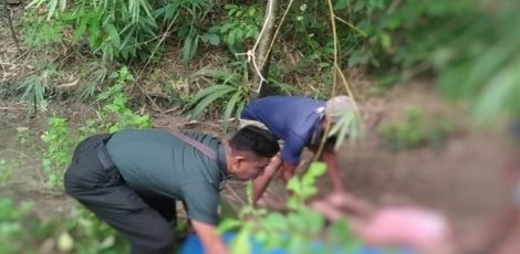 Proses evakuasi jenazah oleh petugas kepolisian dan Babinsa Kradenan