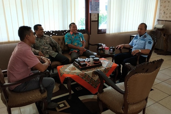 Komisioner Bawaslu dan KPU Blora bersama Kepala Dindukcapil dan Kepala Rutan Klas IIB saat perekaman E-KTP untuk narapidana