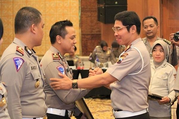 Kasatlantas Polres Blora, AKP Himawan Aji Angga (kiri) menerima penghargaan dari Dirlantas Polda Jateng, AKBP Rudi Antariksawan dalam Rapat Anev Tahunan Fungsi Lantas di Hotel Patra Jasa Semarang