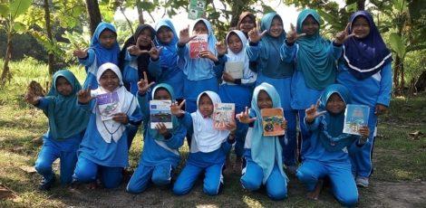 Komunitas Omah Sinau Srengenge mengajak anak-anak belajar literasi di tepi Kali Wulung Desa Sumber Kecamatan Kradenan Kabupaten Blora
