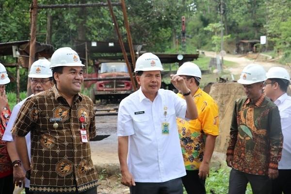 Wakil Bupati Blora, Arief Rohman mendampingi rombongan Pemkot Prabumulih di sumur minyak Desa Ledok Kecamatan Sambong, Blora