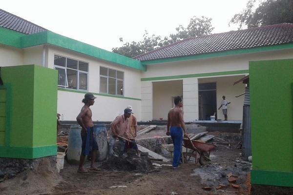 Meski telah habis masa kontraknya, pembangunan di Puskesmas Banjarejo masih terus dikerjakan