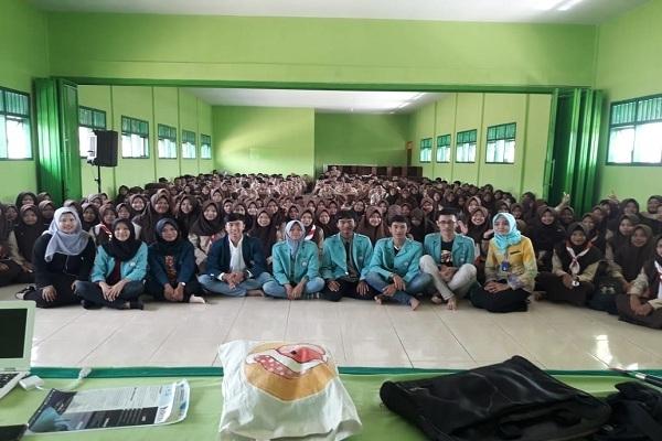 Mahasiswa peraih Bidikmisi usai menyampaikan motivasi kepada pelajar di SMK Khozinatul Ulum Todanan