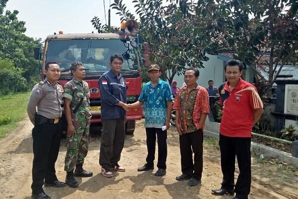 Jabat tangan antara PT Nureka dengan Pemdes Sendangrejo Kecamatan Ngawen usai musyawarah ganti rugi kerusakan jembatan Nggade di Balai Desa Sendangrejo
