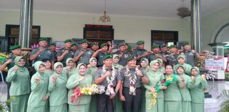 Letkol Inf Ali Mahmudi (berkalung bunga-kiri) dalam Pisah Sambut Dandim 0721/Blora di Makodim setempat