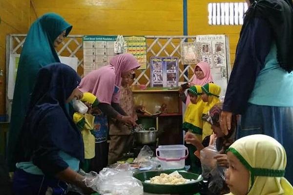 Pelatihan bisnis kuliner di aula TK ABA 1 Mojorembun Kecamatan Kradenan Kabupaten Blora