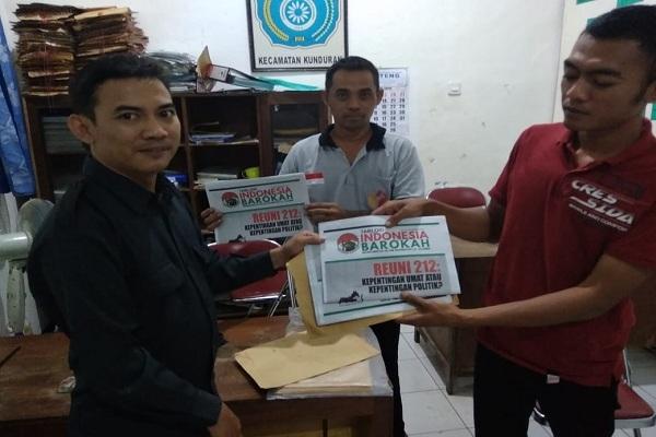 Pengawas Pemilu Kecamatan Kunduran menunjukkan tabloid Indonesia Barokah