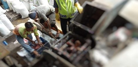 Pekerja pabrik mengevakuasi jenazah korban yang masuk ke mesin giling