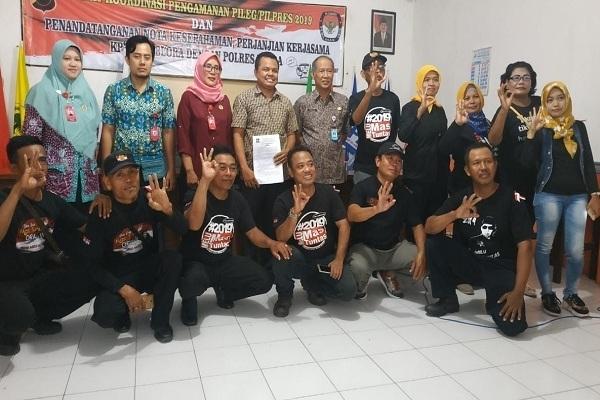 Aksi Komunitas Tikus Pithi Hanata Baris di kantor KPU Blora