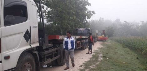 Kendaraan pengangkut alat berat PT SGT tertahan di jalan masuk Desa Sendangrejo Kecamatan Ngawen Kabupaten Blora