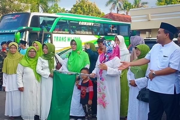 Wakil Bupati Blora, Arief Rohman memberangkatkan rombongan Muslimat NU Blora di depan Pendopo Bupati Blora