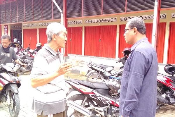 Bambang Susilo mendegarkan keluhan salah satu pedagang pasar, Teguh Sendjaya