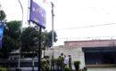 Satpol PP mengeksekusi stiker kampanye di kaca belakang angkot
