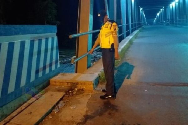 Lokasi lakalantas, jembatan Bengawan Solo kawasan Desa Padangan Kecamatan Padangan, Kabupaten Bojonegoro, Jatim