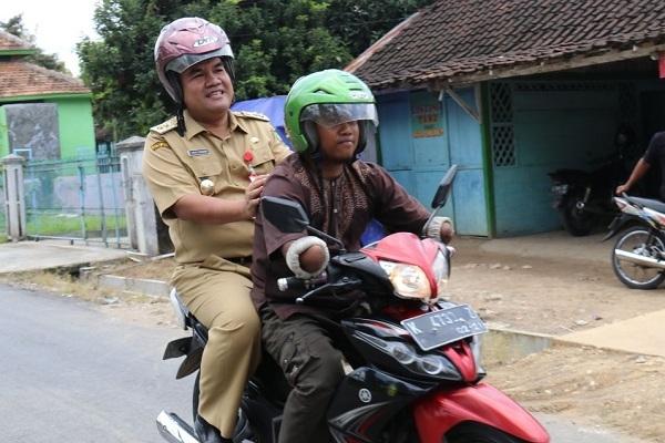 Wabup Blora membonceng motor seorang penyandang disabilitas