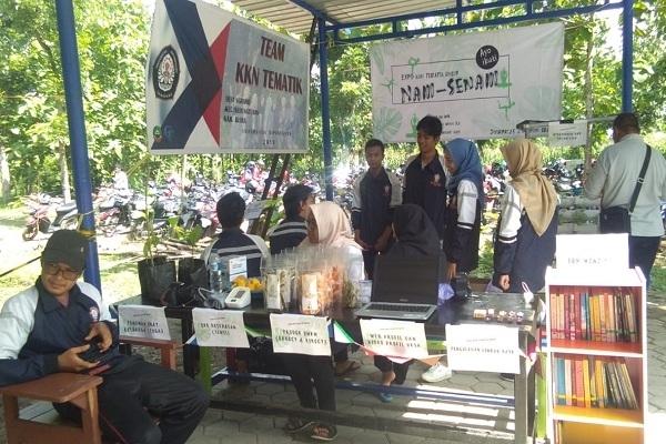 Mahasiswa KKN Undip mengenalkan jajanan berbahan dasar singkong di Wana Wisata Wono Aji Kedinding, Desa Ngraho Kecamatan Kedungtuban, Kabupaten Blora