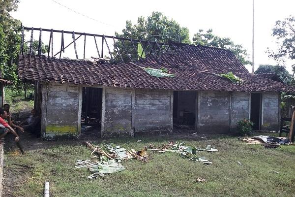 Kebakaran di rumah milik Kasmi (70) di Desa Balong RT 01 RW 02 Kecamatan Kunduran, Kabupaten Blora.