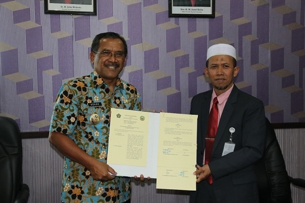 Bupati Djoko Nugroho menunjukkan Nota Kesepakatan dengan Rektor Unissula, Prabowo Setiyawa