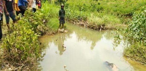 Warga menyaksikan sosok mayat berposisi telungkup di sungai