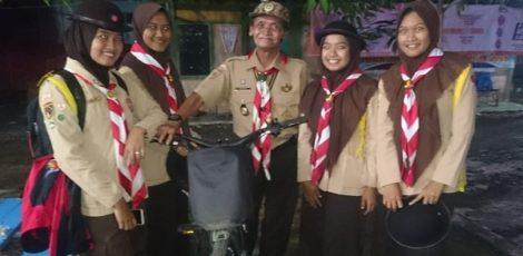 Sudarto (70), yang akrab disapa Kak Randu bersepeda dari Randublatung menuju Jati untuk mengikuti Peringatan Hari Baden Powell 2019