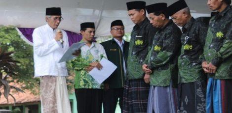 Rois Syuriah RWNu Jawa Tengah, KH Ubaidillah Shodaqoh tengah melantik Pengurus MWCNU Kradenan dalam peringatan Harlah Nu ke- 93