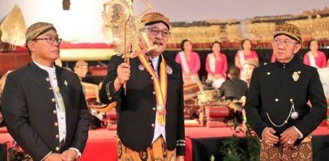 Sekretaris Daerah (Sekda) Jateng, Sri Puryono (tengah) dalam pelantikan pengurus Persatuan Pedalangan Indonesia (Pepadi) Jateng