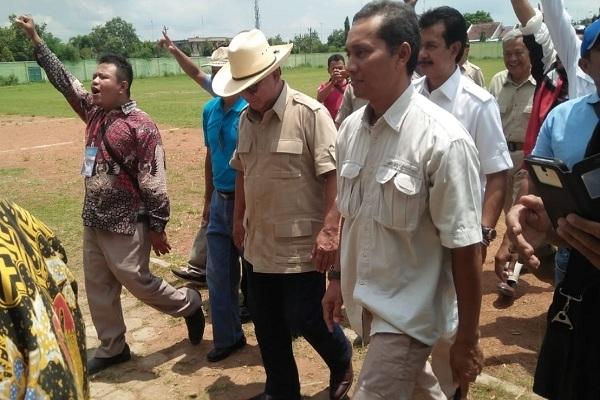 Prabowo sesaat selepas mendarat dengan helikopter di Stadion Kridosono Blora