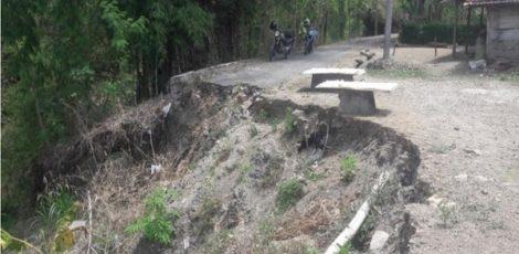 Longsor yang menghabiskan badan jalan penghubung Sidomulyo-Klopoduwwur, Desa Sidomulyo Kecamatan Banjarejo Kabupaten Blora sehingga lalu lintas melewati lahan pekarangan warga