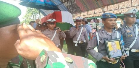 Prosesi pemakaman Brigadir Bachtiar Afif Rifai di TPU Desa Sambiroto Kecamatan Kunduran, Kabupaten Blora