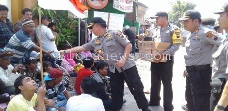 Kapolres Blora AKBP Antonius Anang Tri Kuswindarto memberikan air meniral kepada salah seorang peserta aksi