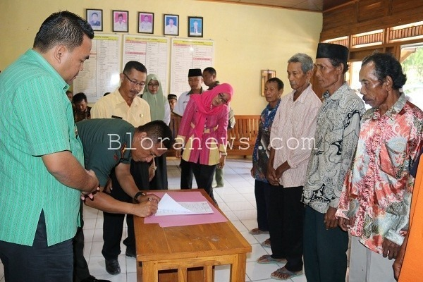 Wakil Bupati Blora Arief Rohman menyerahkan secara simbolis bantuan bedah Rutilahu kepada Kades Nglengkir, Suparman