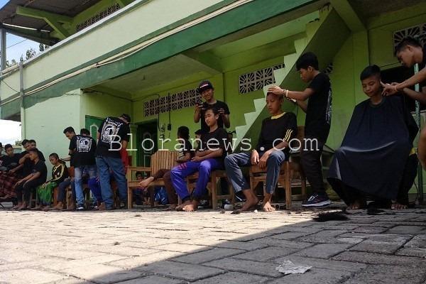 Aksi komunitas Barbershop Cepu mencukur rambut 227 santri putra di Pesantren Al Muhammad