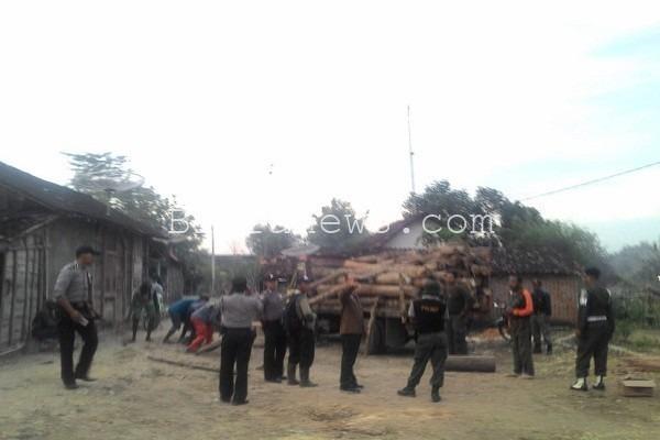 Aparat tengah mengamankan kayu gelondongan illegal