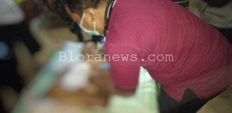 Jenazah Damiri (40) yang tersambar petir di kawasan persawahan Dukuh Sugihan Desa Mojowetan, Kecamatan Banjarejo tengah tengah memperoleh penanganan
