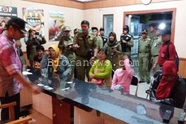 Petugas Satpol PP membawa taget Operasi Pekat ke kantor Dinsos P3A untuk mendapatkan pembinaan