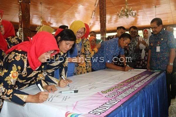 Aksi penandatanganan massal tentang Komitmen Bersama Penanggulangan Stunting di Pendopo Rumah Dinas Bupati Blora