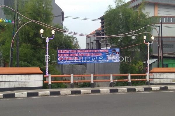 """Spanduk protes warga menyambut kedatangan rombongan Pemkab Blota usai menggelar """"Rakor"""" di Buleleng-Bali"""