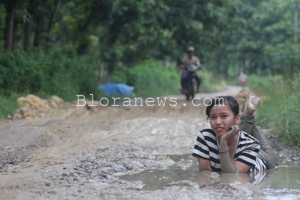 Foto wanita muda berpose di jalan rusak berlumpur membuat heboh warganet Blora