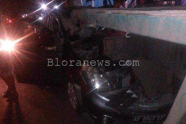 Lakalantas yang melibatkan pengemudi tronton asal Cepu, Sumadi (55) di jalan Veteran Barat Carikan, Sukoharjo (foto: TribunSolo/Agil Tri)