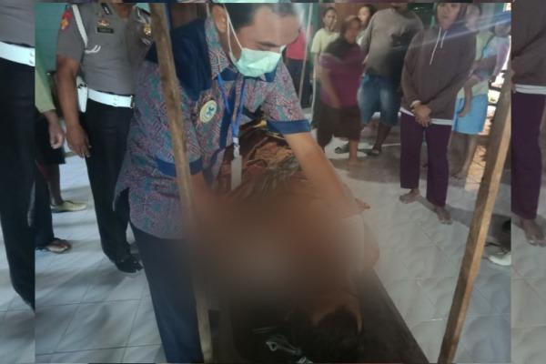 Petugas melakukan pemeriksaan terhadap jasad Soeladi (62), petani yang mati mendadak