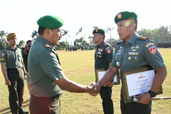 Dandim 0721/Blora Letkol Inf Ali Mahmudi (kanan) menerima penghargaan dari Pangdam IV Diponegoro, Mayjen TNI Mochamad Effendi