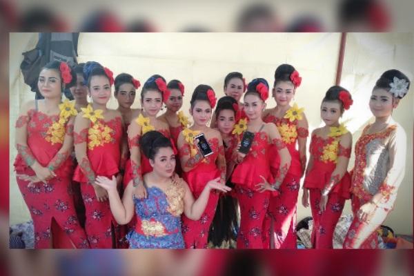 Paguyuban ketoprak Gilar Tri Budoyo sesaat sebelum pentas di Desa Gotputhuk Kecamatan Ngawen Kabupaten Blora