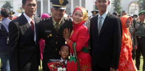 Letda Topan Wahyudi Putra (dua dari kiri) didampingi kedua orang tua dan kedua adiknya berfoto bersama di depan Istana Negara Jakarta usai dilantik Presiden Joko Widodo.