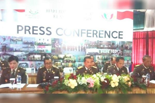 Kepala Kejati Jawa Tengah (tengah) Yunan Harjaka dalam jumpa pers usai upacara Bhakti Adhiyaksa ke-59 di Kantor Kejati Jateng di Semarang (foto: Gatra)