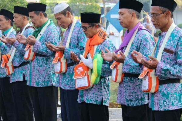 Calon haji Kabupaten Blora memanjatkan doa sesaat sebelum bertolak menuju Asrama Haji Donohudan, Boyolali (foto: Humas Pemkab Blora)