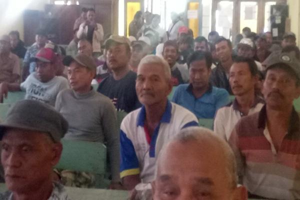 Warga Banjarejo menggelar demonstrasi di Balaidesa setempat