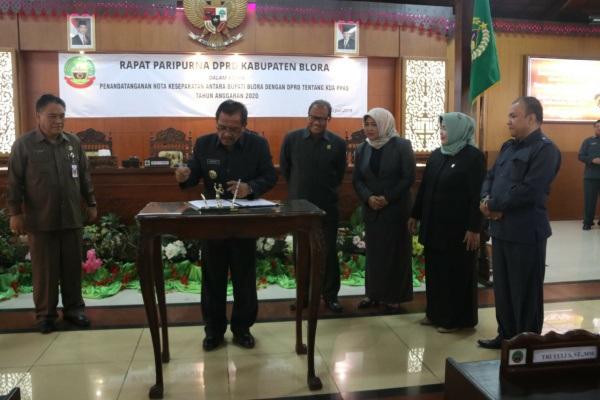 Bupati Blora Djoko Nugroho menandatangani Nota Kesepakatan Bersama KUAPPAS RAPBD Blora 2020 di Pendopo DPRD Blora