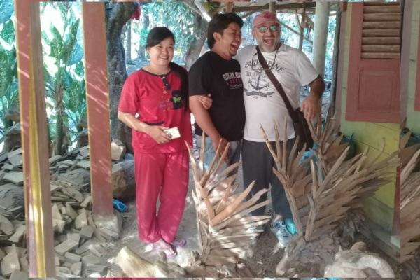 Salah satu pengrajin handycraft kayu di Desa Kutukan Kecamatan Randublatung Kabupaten Blora, Sukamto (30).